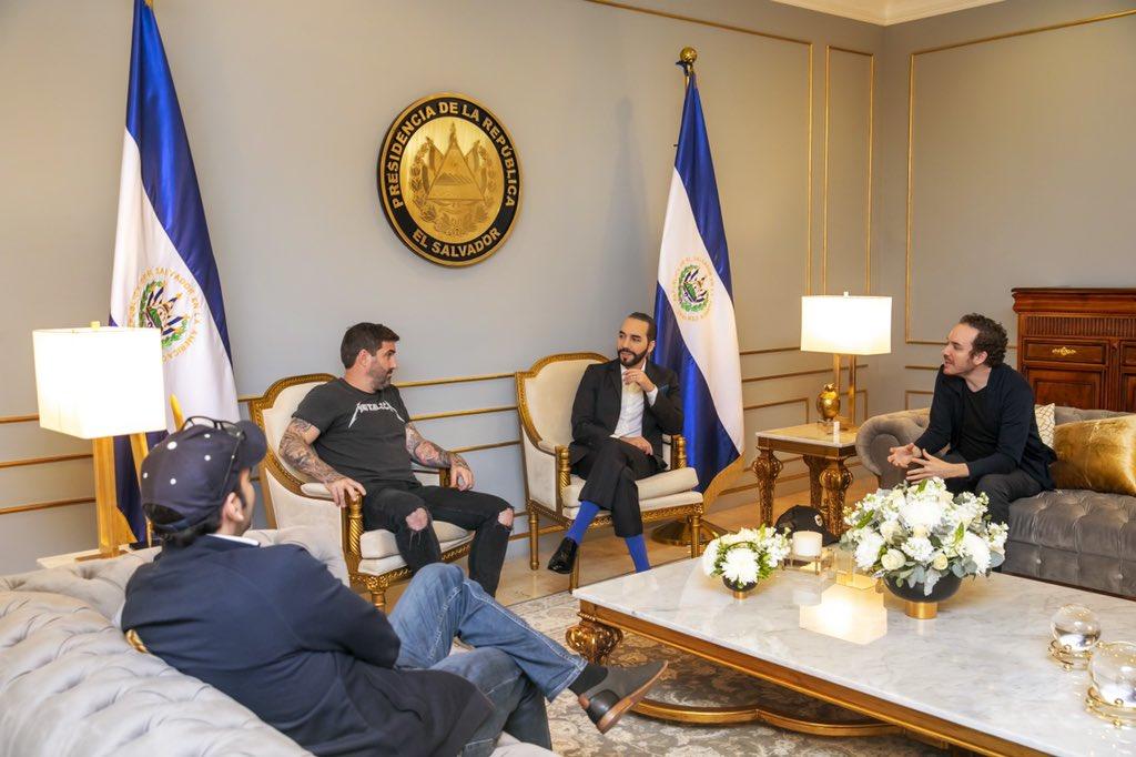 Il governo di El Salvador discute su paghe in BTC, mentre importanti Bitcoiner incontrano il Presidente